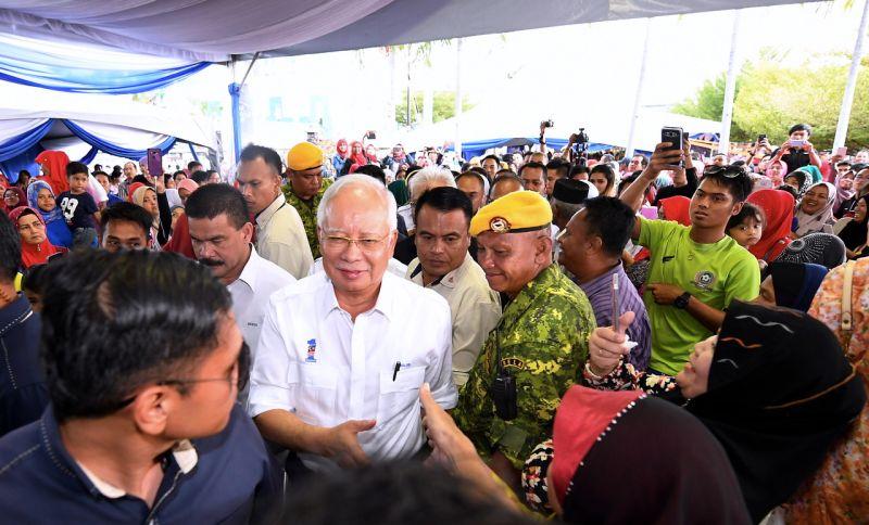 Datuk Seri Najib Razak greets the crowd at Dataran Bandaraya in Kota Kinabalu today,March 21, 2018. ― Bernama pic