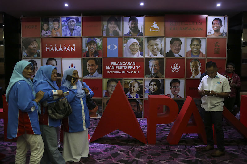 Pakatan Harapan party members are seen at the launch of the 'Buku Harapan' manifesto in Shah Alam March 8, 2018. — Pictures by Yusof Mat Isa