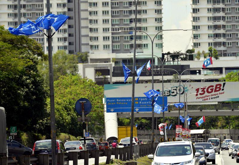 Barisan Nasional and PKR flags are seen along Jalan Ulu Kelang, Selangor on March 14, 2018. — Picture by Ham Abu Bakar