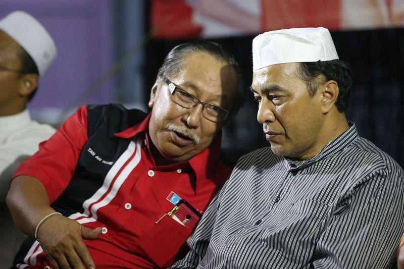 Amanah's Tan Ah Wang (left) speaks to Kelantan Pakatan Harapan chairman Husam Musa during the launch of the PH's inter-racial relations committee at Pasir Mas March 21, 2018. — Picture by Azinuddin Ghazali