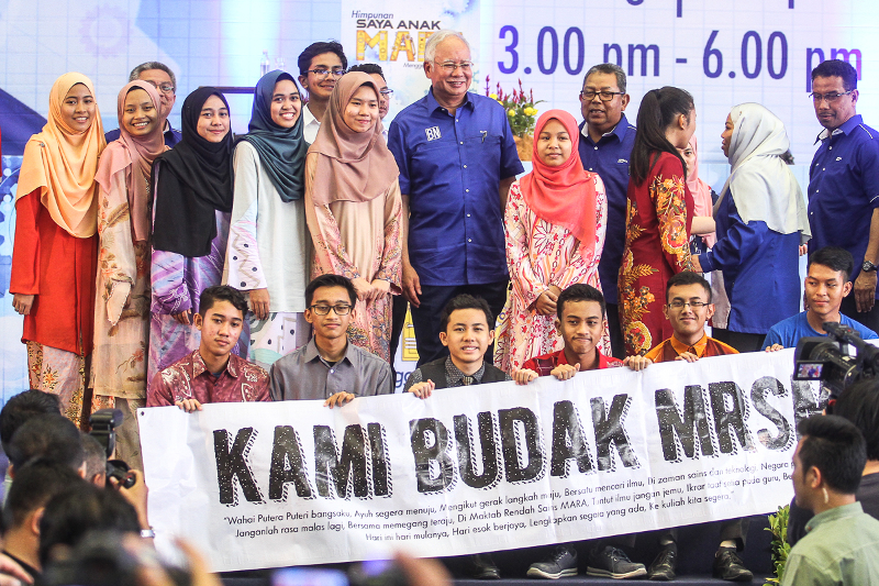 Prime Minister Datuk Seri Najib Razak takes a group photo with MARA sponsorship students during the 'Saya Anak Mara' gathering at UniKL Malaysian Institute of Aviation Technology Subang campus April 15, 2018. — Picture by Shafwan Zaidon