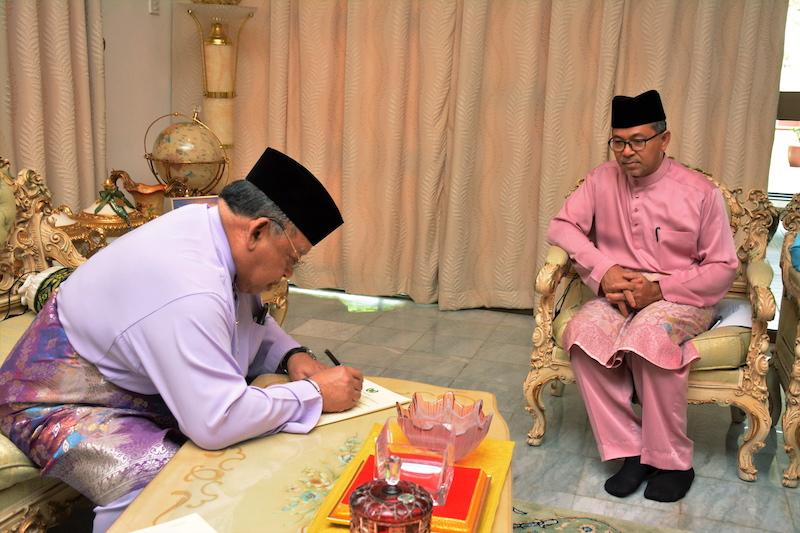 Raja of Perlis Tuanku Syed Sirajuddin Putra Jamalullail signs the instrument of dissolution, as Perlis Mentri Besar Datuk Seri Azlan Man looks on, at Istana Fauzana near Kangar April 6, 2018. — Bernama pic