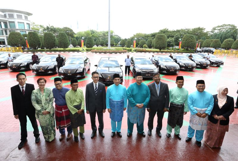 Azmin (centre) led his 10 excos in handing back the vehicles during a ceremony at the state secretariat building. — Picture by Zuraneeza Zulkifli