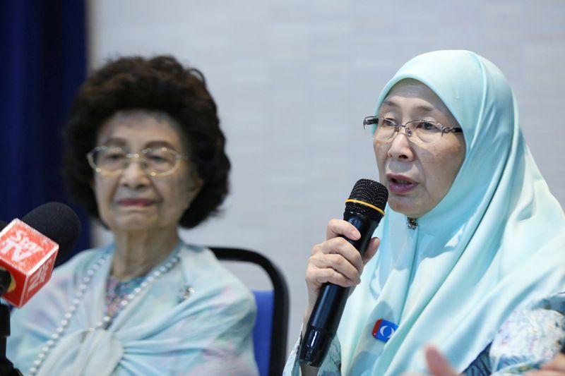 Datuk Seri Wan Azizah Wan Ismail speaks during a press conference at PKR's headquarters in Petaling Jaya April 20, 2018. ― Picture by Azinuddin Ghazali