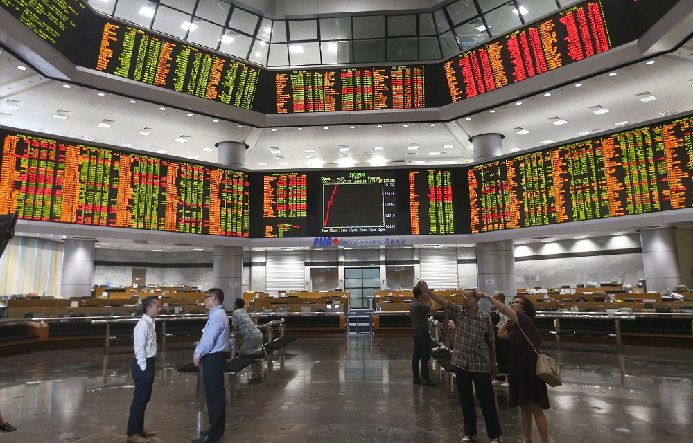 Like most Asian markets, Bursa Malaysia rebounded on news that Washington and Beijing are on track for a preliminary trade deal. — Picture by Razak Ghazali