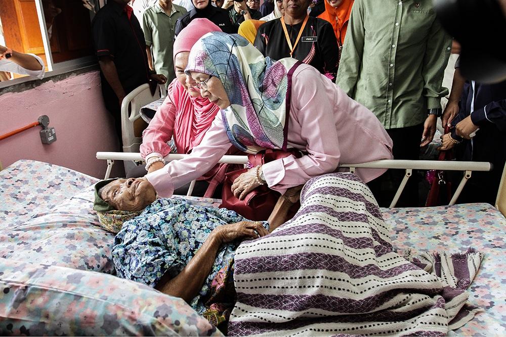 Datuk Seri Dr Wan Azizah Wan Ismail during a visit to the Rumah Ehsan social welfare centre in Kuala Kubu Baru May 29, 2018. — Picture by Miera Zulyana