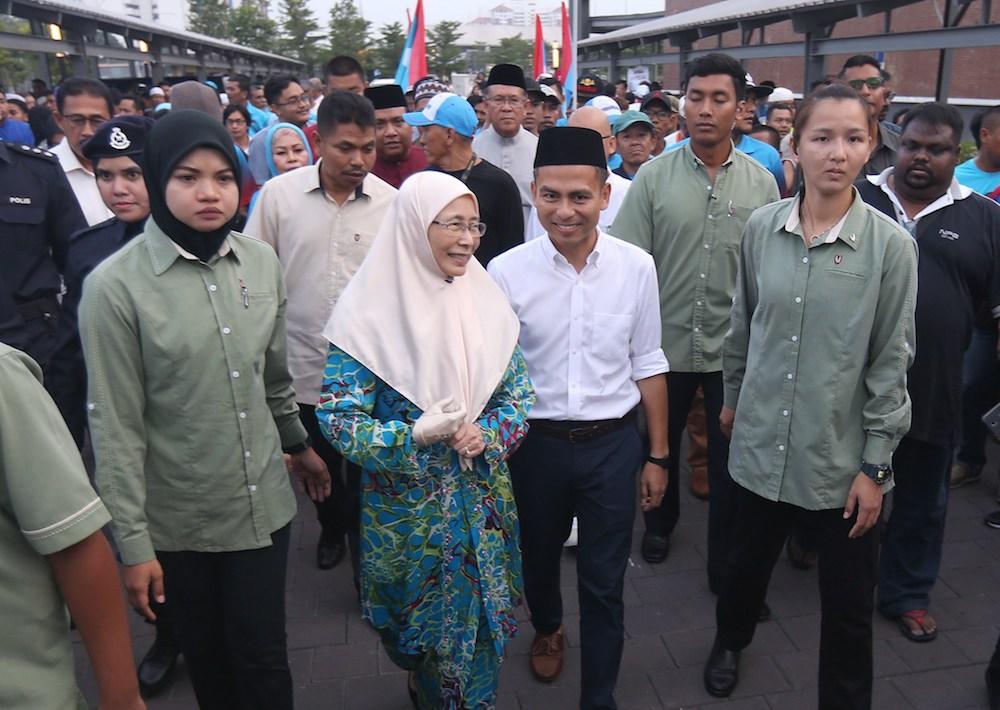 Deputy Prime Minister Datuk Seri Dr Wan Azizah Wan Ismail and Lembah Pantai Member of Parliment Fahmi Fadzil arrive for a buka puasa event at Lembah Pantai May 29, 2018. — Picture Razak Ghazali