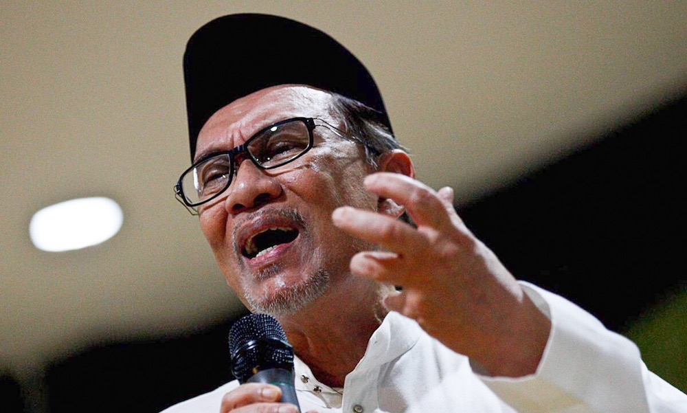 Anwar insisted that it was only right that Sirul be sent home to serve the appropriate punishment for his crime. — Picture by Sayuti Zainudin
