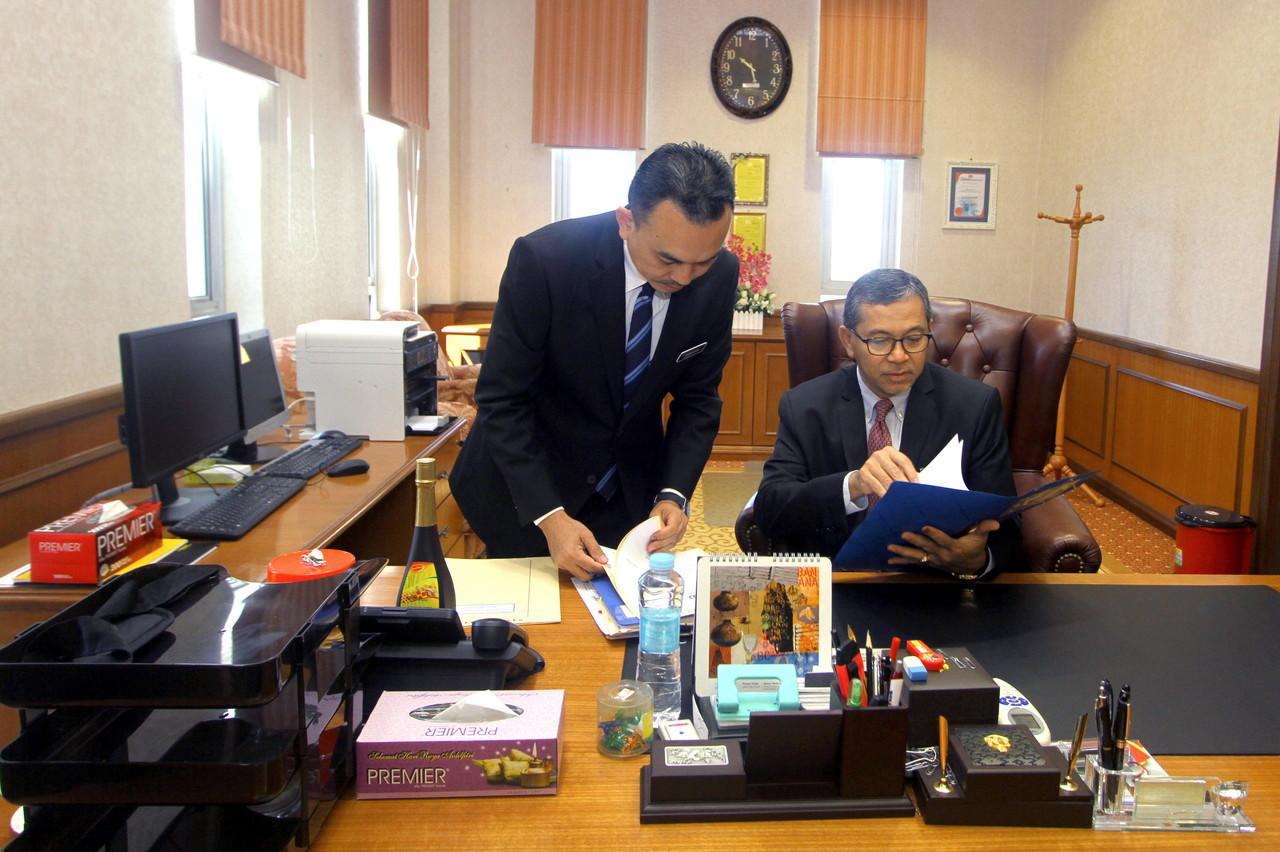 Perlis Mentri Besar Datuk Seri Azlan Man (right) at his office in Kangar May 25, 2018. — Bernama pic