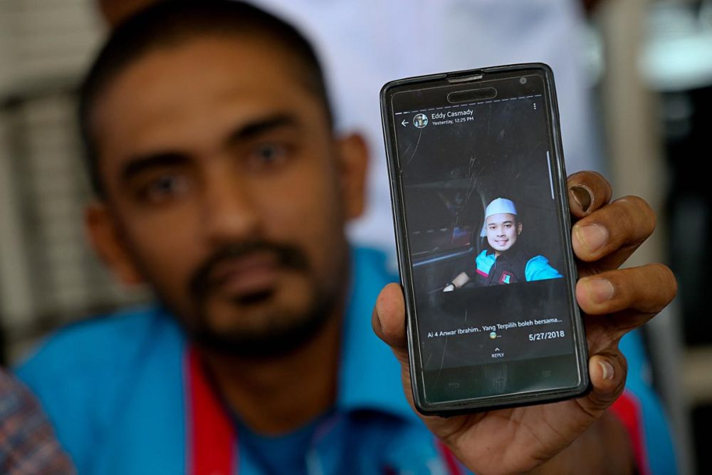 Penang PKR Youth chief Khairil Anuar Kamarudin showing the photo of a former Umno member who they consider as a 'parasite', during a press conference in George Town May 28, 2018. ― Pictures by Sayuti Zainhdin