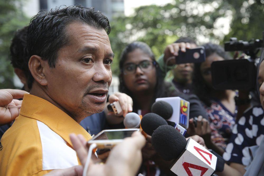 Persatuan Anak Peneroka Felda Kebangsaan chairman Mazlan Aliman speaks to reporters outside the Ilham Tower in Kuala Lumpur on May 18, 2018. — Picture by Yusof Mat Isa