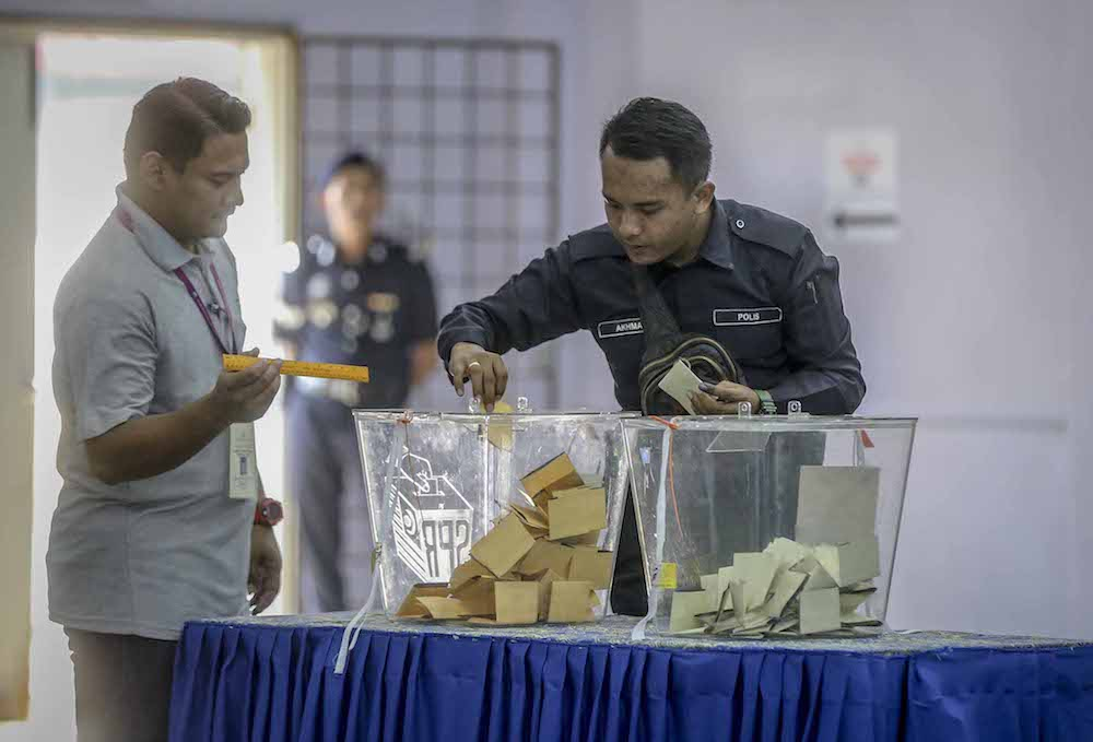 A police officer casts his ballot during early voting for the 14th general election at Perumahan Polis Parit Perupok in Muar, Johor May 5, 2018. — Picture by Firdaus Latif
