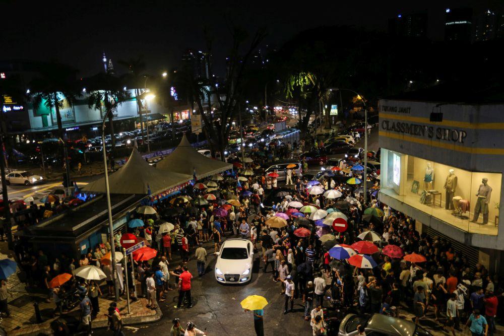 People brave the rain to attend Pakatan Harapan's ceramah in Lucky Gardens, Bangsar May 1, 2018. — Picture by Ahmad Zamzahuri