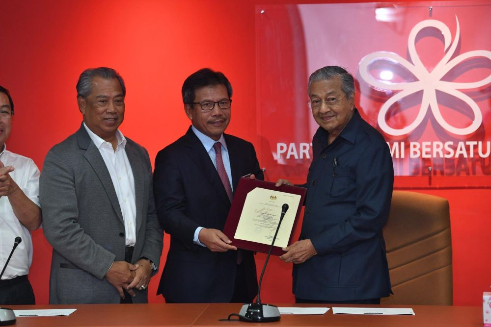 Home Ministry secretary-general Datuk Seri Alwi Ibrahim hands over the certificate of registration to Prime Minister Tun Dr Mahathir Mohamad (right), May 17, 2018. ― Picture via Facebook/Pakatan Hrapan