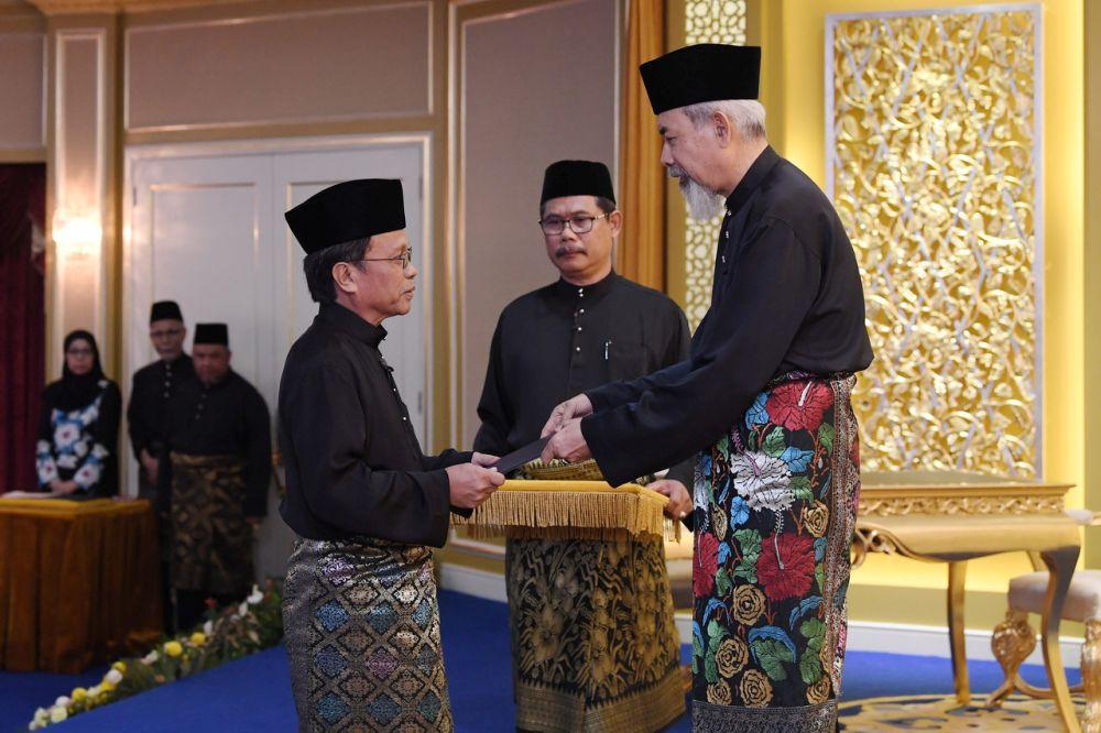 Datuk Seri Mohd Shafie Apdal is swon in as Sabah chief minister in the presence of Yang DiPertua Negeri Tun Juhar Mahiruddin at Istana Negeri, May 12, 2018. — Bernama pic