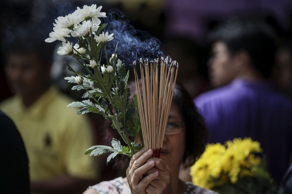 A woman offers joss sticks on Wesak Day at the Thai Buddhist Chetawan temple in Petaling Jaya May 29, 2018. — Picture by Azneal Ishak