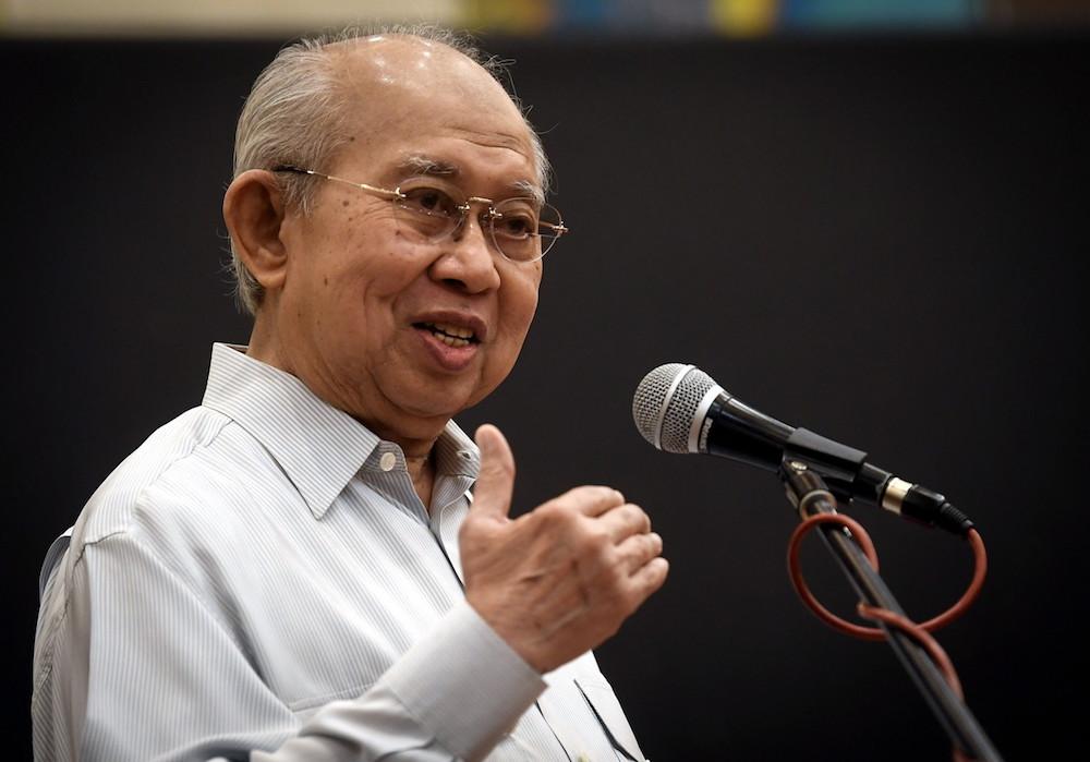 Tan Sri Tengku Razaleigh Hamzah says Umno must prepare themselves for an early 15th general election. — Bernama pic