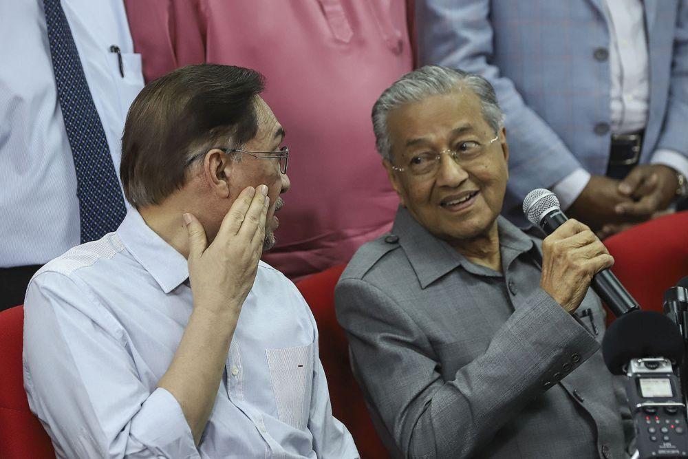 马哈迪(右)透露,安华(左)在他觐见国家元首前,曾致电给他。 -Azneal Ishak摄-