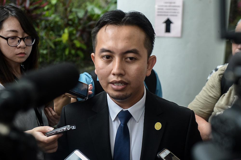 Datuk Seri Jamal Yunos' lawyer Datuk Imran Tamrin speaks to the press outside the Shah Alam Court, July 11 2018. — Picture by Mukhriz Hazim