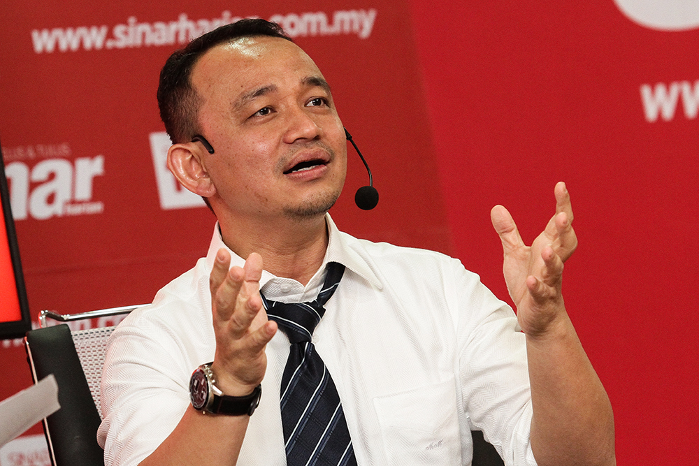 Education Minister Maszlee Malik speaks during a Bicara Minda programme at Sinar Harian's office in Shah Alam July 19, 2018. — Picture by Miera Zulyana