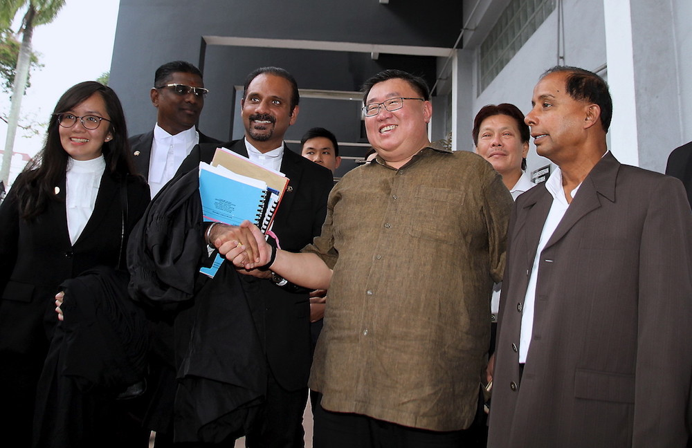 Thomas Su Keong Siong shakes hands with his lead counsel Ramkarpal Singh at the Sessions Court in Ipoh July 27, 2018. — Bernama pic