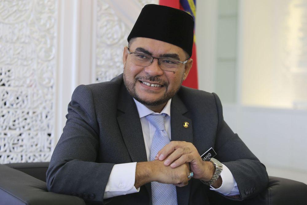 Datuk Mujahid Yusof Rawa (pic) says the suggestion by Tan Sri Zainuddin Maidin to shut down tahfiz schools has no 'concrete excuse'. — Picture by Yusof Mat Isa