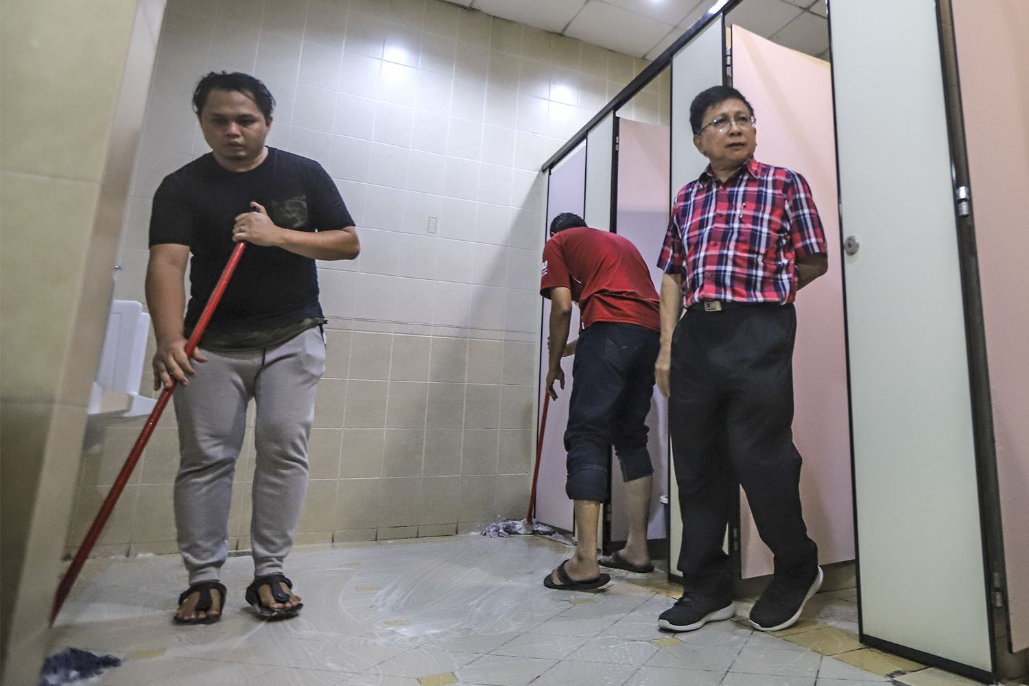 Chief Justice of Malaysia Tan Sri Richard Malanjum (right) monitoring court personnel during the 'gotong-royong' at the Kuala Lumpur Court Complex in Jalan Duta, July 29, 2018. ― Pictures by Azneal Ishak