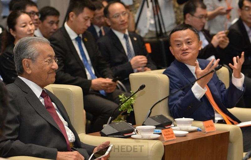 首相敦马哈迪(左)参观阿里巴巴总部,聆听该集团创办人马云的解说。-图取自敦马哈迪面子书-