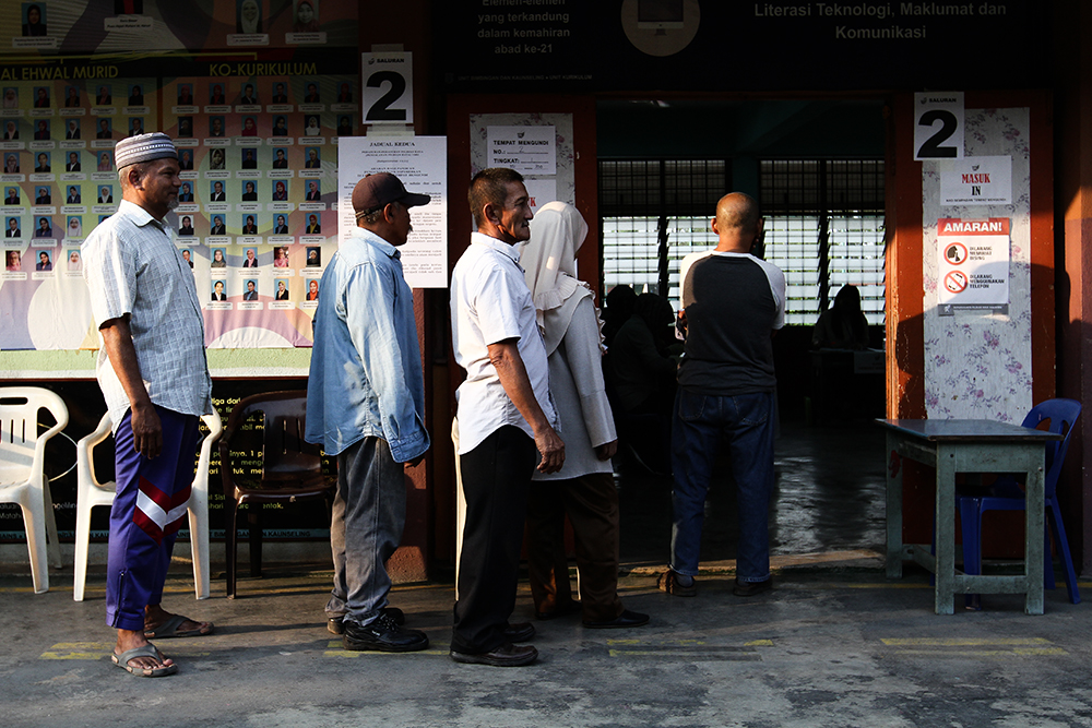Voters queue for their turn to cast their ballots at SK Jalan Kebun in Shah Alam  August 4, 2018. — Picture by Miera Zulyana