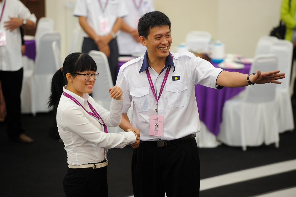 Pakatan Harapan's Wong Siew Ki (left) and MCA's Tan Chee Teong at the nomination centre in Bangi August 18, 2018. — Picture by Shafwan Zaidon