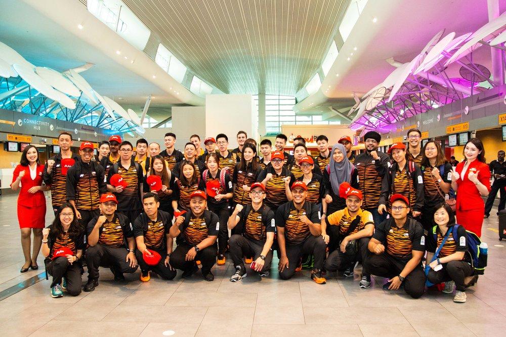 由亚航赞助飞往印尼征战航班的大马代表团,在周四上午正式启程出发前往雅加达-巨港亚运会。-摘自亚航官网-