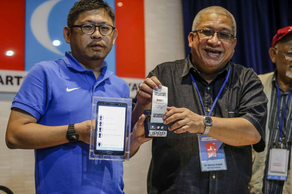 Teoh (left) said the selected auditor, who will monitor the coding and scrutinise the election process, will be announced next week. — Picture by Firdaus Latif