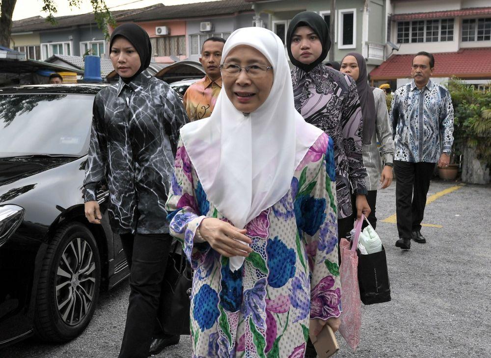 Datuk Seri Dr Wan Azizah Wan Ismail arrives to perform Aidiladha prayers  at the Surau Al-Falah Taman Cempaka in Pandan August 22, 2018. ― Bernama pic