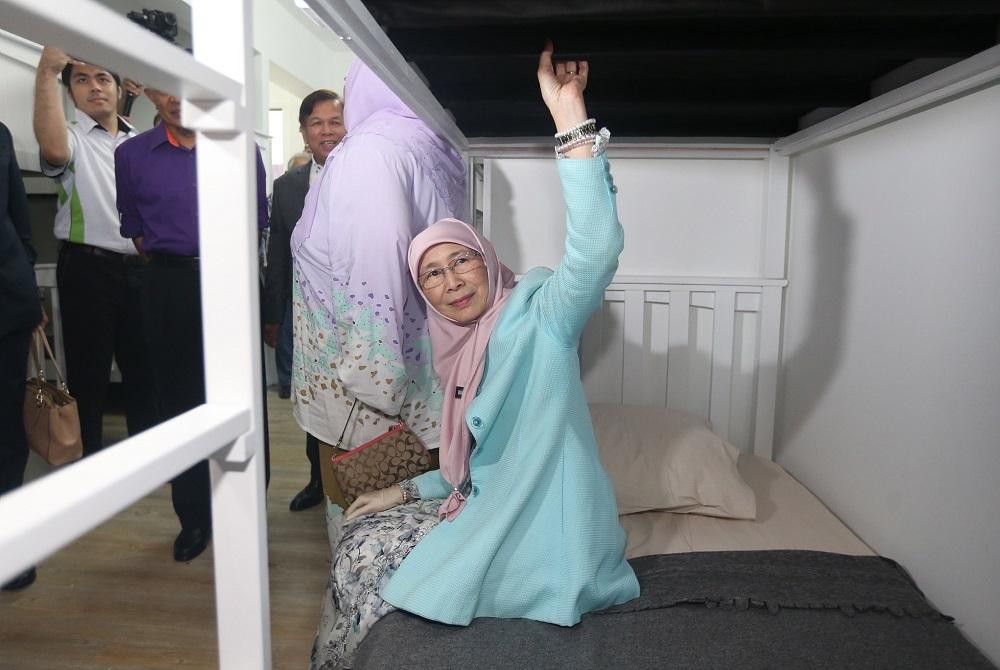Datuk Seri Dr Wan Azizah Wan Ismail at the launch of the 'Anjung Kasih' facility at the Serdang Hospital, September 28, 2018. ― Picture by Razak Ghazali