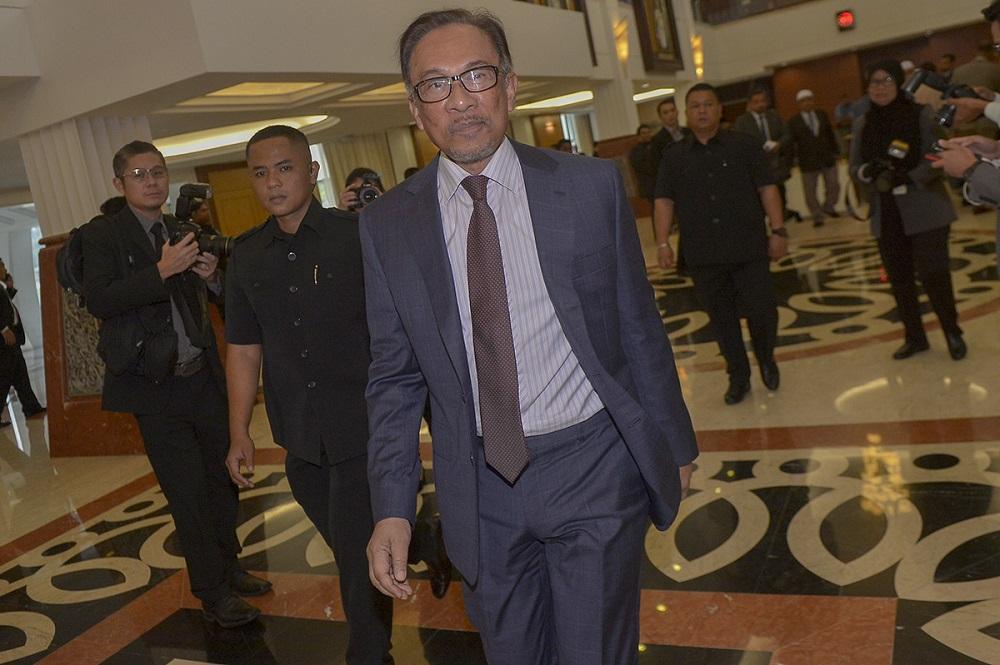 Datuk Seri Anwar Ibrahim arrives at the Parliament in Kuala Lumpur October 17, 2018. — Picture by Mukhriz Hazim