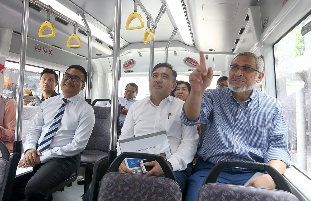 Loke (centre) confirmed that the ceiling price for fares on the Seremban-KL and KL-Seremban routes has been set at RM6.50. — Picture by Razak Ghazali