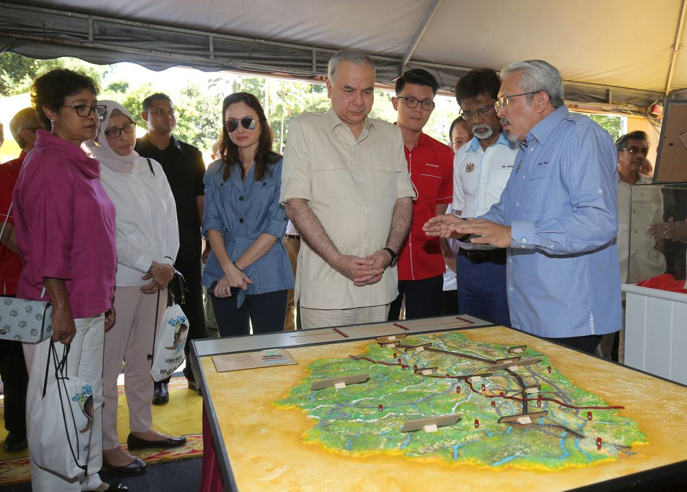 Perak's Sultan Nazrin Muizzuddin (centre) looks at a map of Kinta Valley at the Gunung Lang Recreational Park October 25, 2018. — Picture by Marcus Pheong