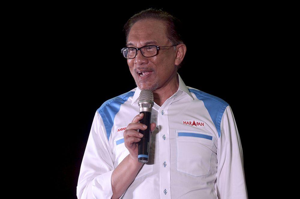Datuk Seri Anwar Ibrahim speaks during a ceramah in Lukut during his election campaign in Port Dickson September 30, 2018. — Picture by Mukhriz Hazim