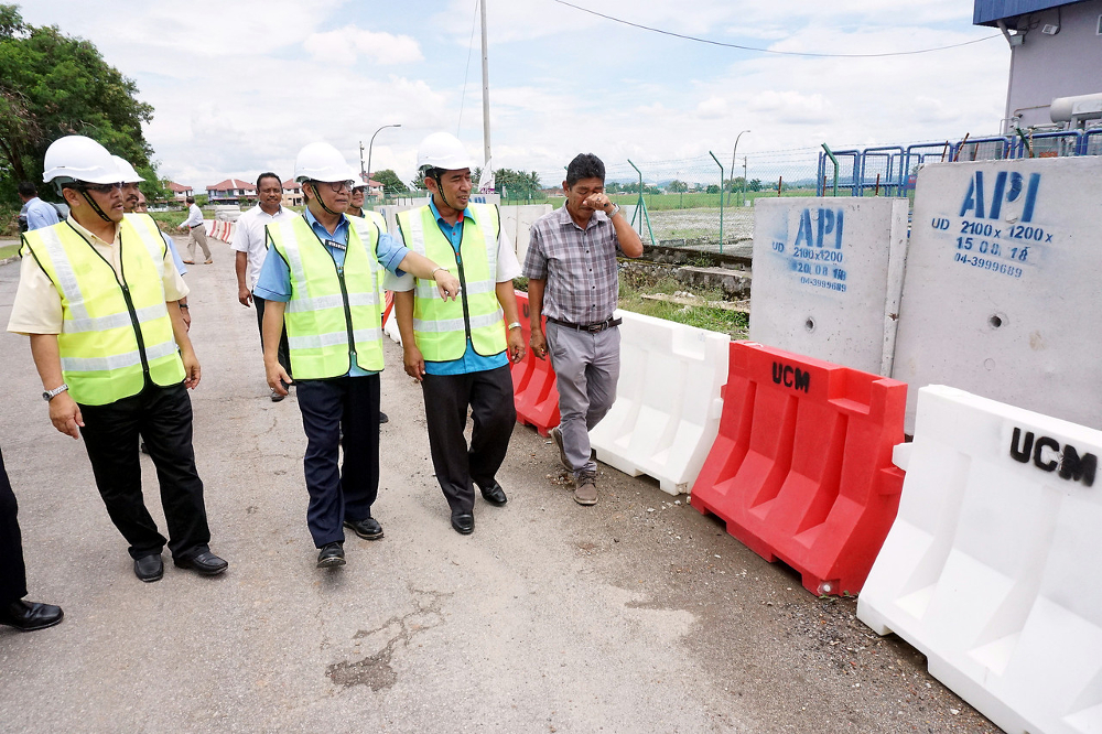 Deputy Works Minister Mohd Anuar Mohd Tahir (3rd right) is seen in this file photo. — Bernama pic