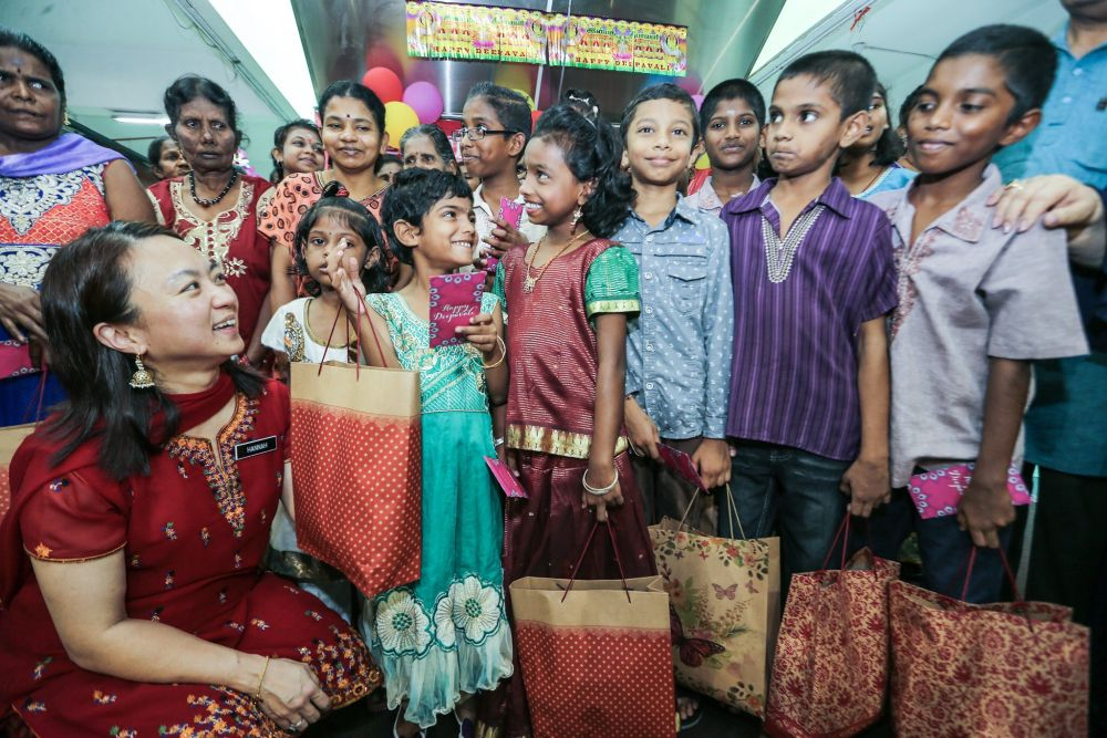 Hannah Yeoh (left) chats with orphans from the Vivekananda Home Rembau at the Taman Tun Dr Ismail wet market October 28, 2018. — Picture by Hari Anggara
