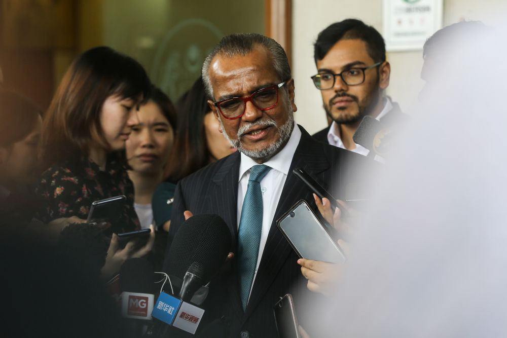 Tan Sri Shafee Abdullah speaks to reporters outside the Kuala Lumpur High Court October 25, 2018. — Picture by Azinuddin Ghazali