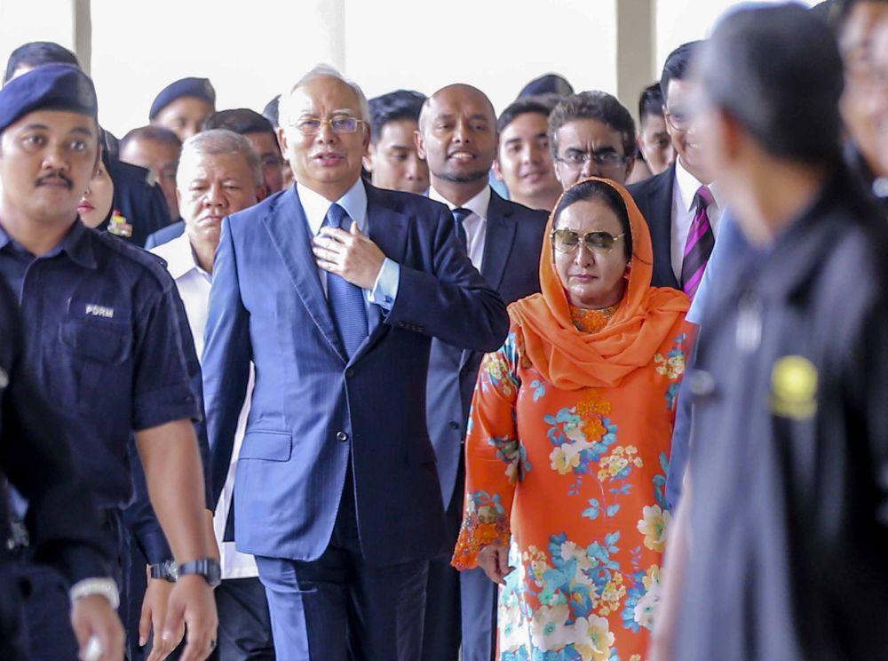 Datuk Seri Najib Razak and Datin Seri Rosmah Mansor are seen leaving the Kuala Lumpur High Court, October 4, 2018. ―  Picture by Firdaus Latif