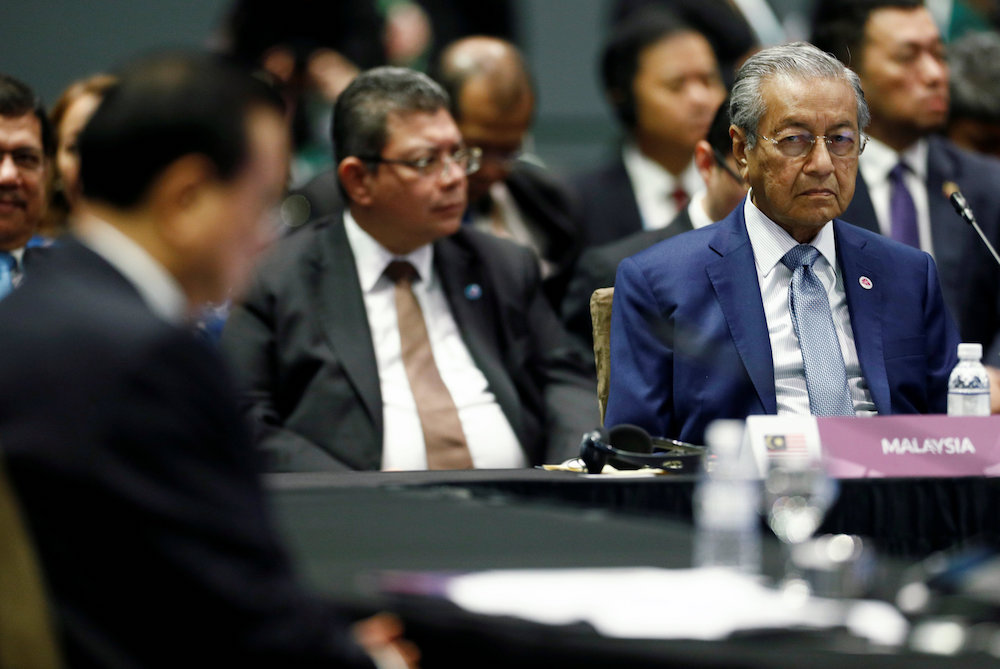 Prime Minister Tun Dr Mahathir Mohamad listens to China's Premier Li Keqiang at the Asean-China Summit in Singapore November 14, 2018. — Reuters pic