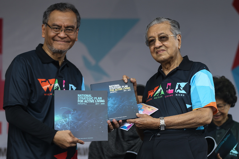 Health Minister Datuk Seri Dzulkefly Ahmad and Tun Dr Mahathir Mohamad officiate the 'When Active Living Kicks (WALK)' campaign in Setia Alam, Shah Alam November 3, 2018. — Picture by Ahmad Zamzahuri