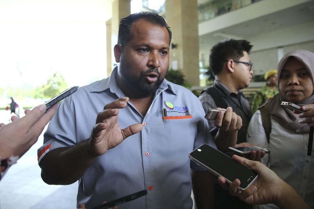 Gabungan Teksi Se-Malaysia (GTSM) chief Kamarudin Mohd Hussain speaks to reporters outside the MoT building in Putrajaya November 8, 2018. — Picture by Yusof Mat Isa