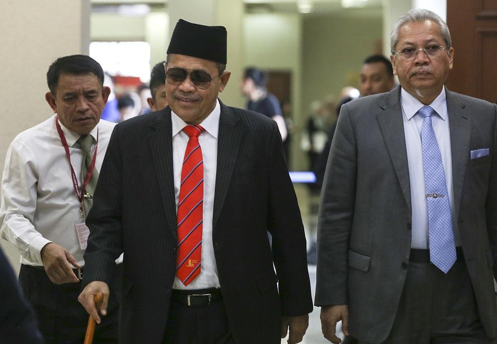 Datuk Seri Shahidan Kassim (left) and Tan Sri Annuar Musa (right) arrive at the Jalan Duta court in Kuala Lumpur November 15, 2018. — Picture by Azneal Ishak