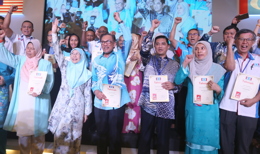 PKR leaders pose for a picture during the PKR National Congress 2018 in IDCC Convention Centre, Shah Alam November 18, 2018. — Picture by Razak Ghazali