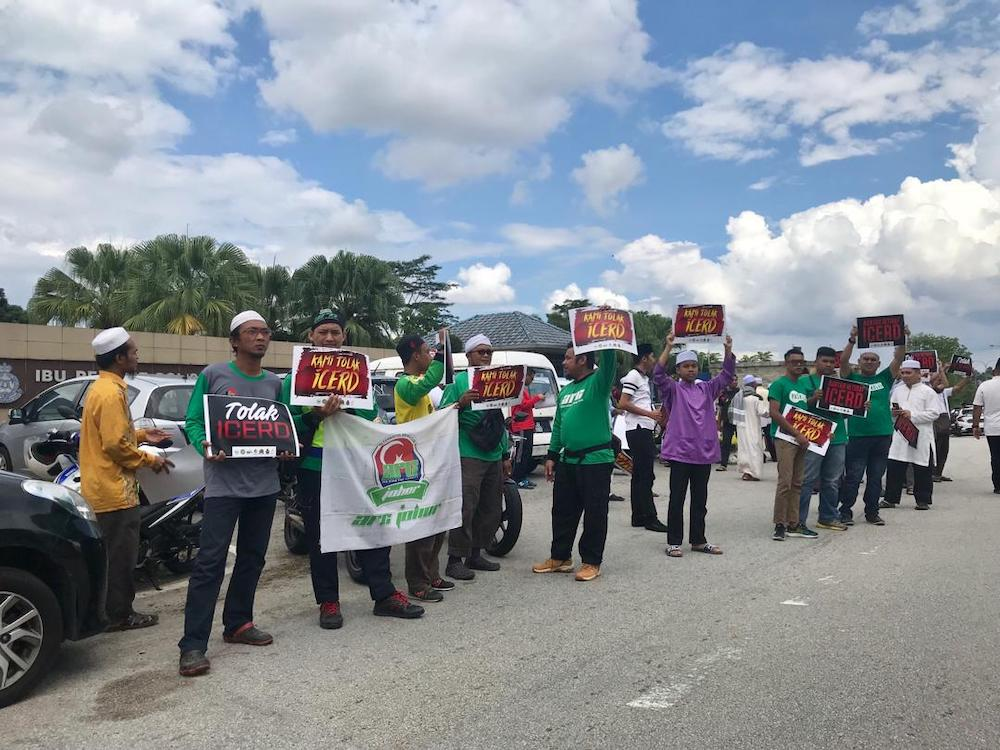More than 50 protesters, mainly from Umno, PAS and NGOs, at the ICERD protest outside the Kulai district police headquarters in Bandar Indahpura in Kulai November 23, 2018. — Picture by Ben Tan