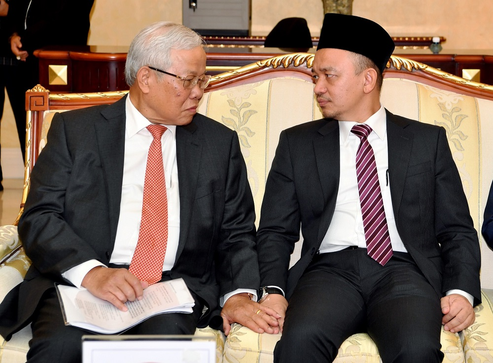 Sarawak Education, Science and Technological Research Minister Datuk Seri Michael Manyin (left) and Education Minister Maszlee Malik during a meeting in Kuching September 7, 2018. — Bernama pic