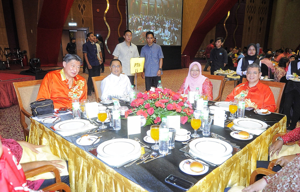 Ancom Berhad chairman Datuk Siew Ka Wei (left) and Foreign Minister Datuk Saifuddin Abdullah (right) are seen during the Pakatan Harapan (PH) Charity Dinner at PICC December 9, 2018. — Picture by Shafwan Zaidon